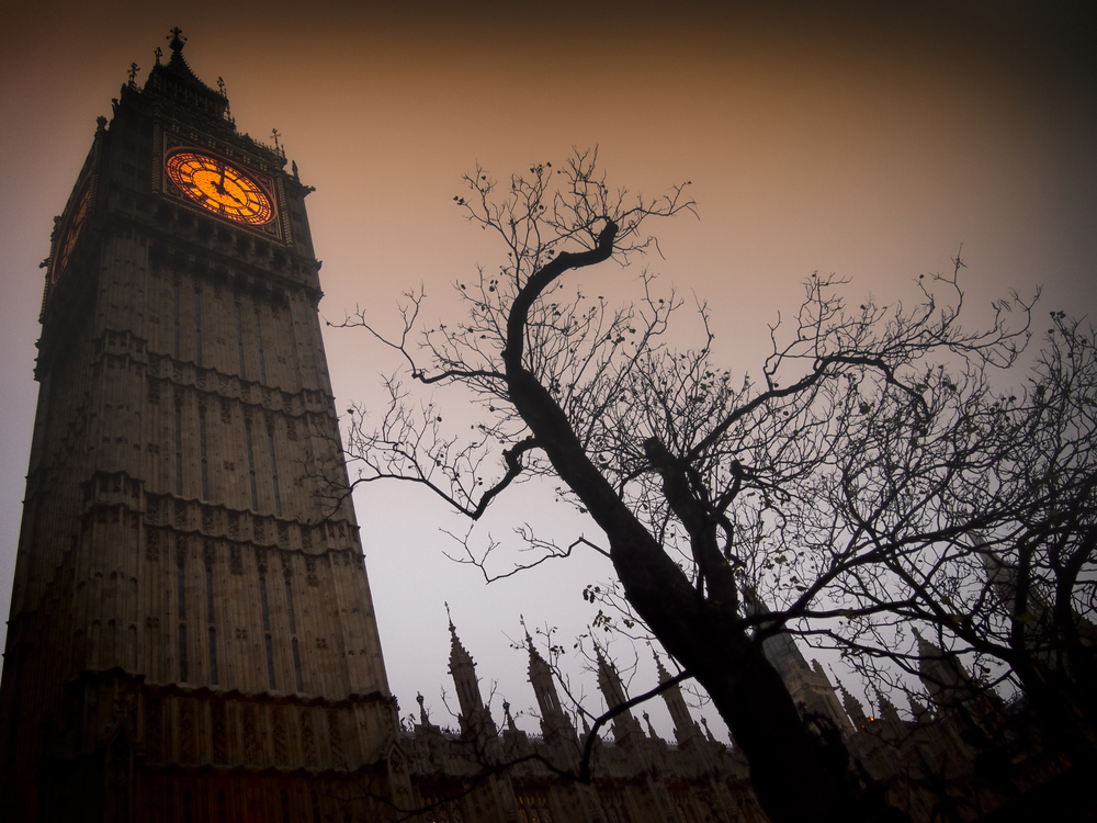 The-spooky-clock-tower-of-Westminster-with-a-bare-tree_blog-homeaway-co-4uk